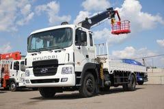 伟大的卡车起重机站立在建造场所的-俄罗斯,克里米亚- 2016年8月14日 免版税库存照片