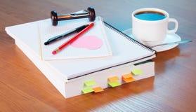 伟大的参考书和一杯咖啡 免版税库存图片