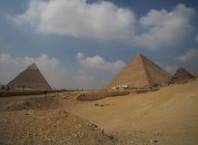 伟大的吉萨棉金字塔在埃及,全景 库存图片