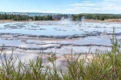 伟大的喷泉喷泉在黄石国家公园 免版税库存图片