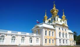 伟大的宫殿的教会翼在Peterhof Rastrelli 开发俄罗斯联邦的旗子在大厦的 图库摄影