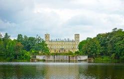 伟大的宫殿的美丽如画的看法在一个湖的在Gatchina 库存照片