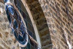 伟大的庭院街道犹太教堂, Greatorex街,白教堂,伦敦英国 关闭在原始的平底船上的小污迹玻璃窗 免版税图库摄影
