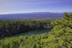 伟大的户外-树、湖和山 库存照片