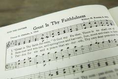 伟大的是Thy从一而终基督徒崇拜赞美诗由托马斯Chisholm 免版税库存照片
