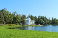 伟大的池塘的洞穴亭子 俄罗斯, Tsarskoe Selo 免版税库存照片