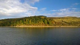 伟大的河的岸在秋天 库存图片