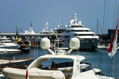 伟大的游艇在摩纳哥港口 免版税库存照片