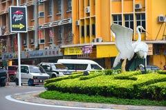 伟大的白鹭在Tugu Peringatan,亚庇,马来西亚 库存图片
