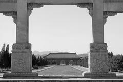 伟大的石曲拱和巨大红色门在东部皇家坟茔o 免版税库存照片