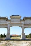 伟大的石曲拱和巨大红色门在东部皇家坟茔o 图库摄影