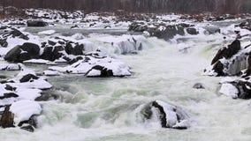伟大的秋天平底锅被射击的-冬天与斯诺伊岩石的浪端的白色泡沫瀑布-巨大秋天国家公园 影视素材