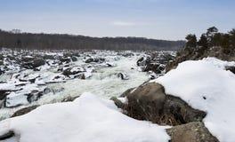伟大的秋天瀑布在与积雪的岩石的冬天 免版税库存图片