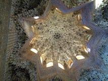 伟大的详细的阿尔罕布拉宫殿的建筑学和装饰,格拉纳达,西班牙 免版税库存图片