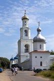 伟大的诺夫哥罗德- 7月22 :游人和信徒去Yuryev修道院,俄罗斯正教会, 2010年7月22日在伟大的Novgor 免版税图库摄影