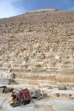 伟大的金字塔和休息的骆驼 库存图片