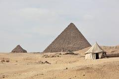 伟大的金字塔和帐篷 库存图片