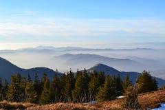 伟大的Fatra山-晴天在早期的冬天 免版税库存图片