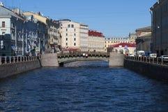 伟大的Konyushenny桥梁的看法每晴朗的春日 圣彼德堡 免版税图库摄影