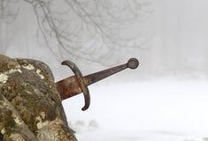 传奇Excalibur剑到在fo中间的石头里 免版税库存图片