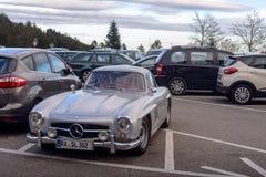 传奇Gullwing默西迪丝对路停车处的300 SL sportcars 免版税库存照片