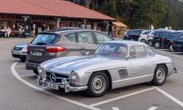 传奇Gullwing默西迪丝对路停车处的300 SL sportcars 库存图片