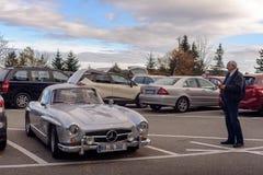 传奇Gullwing默西迪丝对路停车处的300 SL sportcars 免版税库存图片