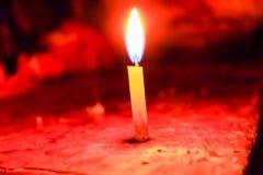 传播在屠妖节节日的一个圣诞节蜡烛轻的黑背景,印度的一次传统庆祝 免版税库存图片