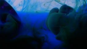 传播在水中的蓝色和绿色墨水看起来透明色的面纱抽象背景 股票录像
