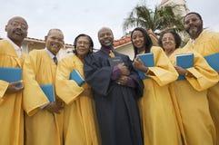 传教者和唱诗班在教会庭院画象低角度视图 免版税库存照片