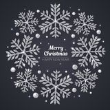 传染媒介圣诞快乐和新年快乐贺卡 在黑背景的银色雪花 免版税库存照片