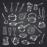 传染媒介套在黑黑板例证的手拉的厨房器物 向量例证