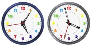 传染媒介套彩虹上色现代圆的时钟用各种各样的钟针 彩虹五颜六色的钟盘面孔 向量计算的时钟 图库摄影