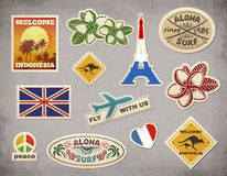 传染媒介减速火箭的旅行行李贴纸在难看的东西背景设置了 免版税库存图片