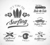传染媒介减速火箭的样式冲浪的标签、商标模板或者T恤杉图形设计特点冲浪板,海浪Woodie汽车 免版税库存图片