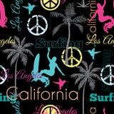 传染媒介加利福尼亚五颜六色在与冲浪的妇女,棕榈树,和平标志,海浪的黑无缝的样式表面设计 库存图片