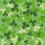 传染媒介圣帕特里克的天无缝的样式 绿色和白三叶草在绿色背景离开 免版税库存图片