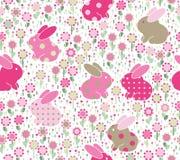 传染媒介无缝的样式,在花的兔子 免版税库存图片