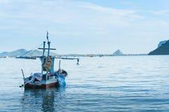 传染性的乌贼的小船在Ao Prachuap, Prachuap Kh的海滩 图库摄影