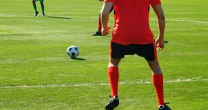 传球的足球运动员,当实践4k时 股票视频