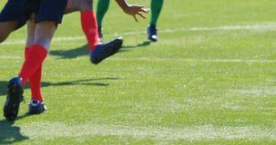 传球的足球运动员,当实践4k时 股票录像