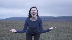 传神女孩尖叫在恶劣天气,缓慢的mo的痛苦中 股票录像