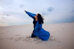 传神女孩,佩带在飞行蓝色围巾,使用与 库存图片