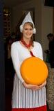 传统上加工好的荷兰语干酪卖主 免版税库存照片