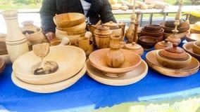E 传统上土产木片断被手工造的盘格外优质被陈列在市场 免版税库存图片