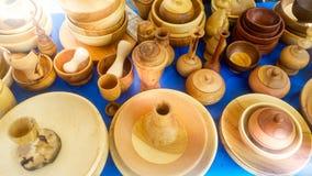 E 传统上土产木片断被手工造的盘格外优质被陈列在市场 库存照片
