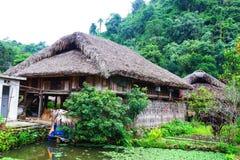 传统不自然的房子这迷人的家庭逗留属于一个地方Tay家庭 免版税库存照片