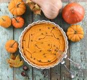 传统与南瓜籽decorat的美国人开放南瓜饼 免版税库存图片