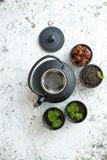 传统东部金属茶壶和铁杯子 库存图片