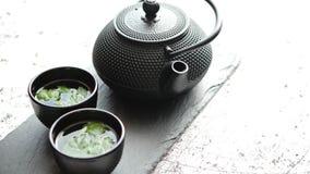 传统东部金属茶壶和铁杯子 影视素材